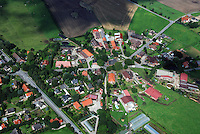 Rundling: EUROPA, DEUTSCHLAND, SCHLESWIG-HOLSTEIN, DASSENDORF(EUROPE, GERMANY), 18.08.2007: Dorf Dassendorf, Rundling, auch als Rundlingsdorf, Rundplatzdorf bezeichnet, ist eine norddeutsche oder westslawische Siedlungsform..Typisch fuer Rundlinge sind drei oder mehr Hofstellen, die um den Dorfplatz dem Anger oder Plan gruppiert sind. ..c o p y r i g h t : A U F W I N D - L U F T B I L D E R . de.G e r t r u d - B a e u m e r - S t i e g 1 0 2, .2 1 0 3 5 H a m b u r g , G e r m a n y.P h o n e + 4 9 (0) 1 7 1 - 6 8 6 6 0 6 9 .E m a i l H w e i 1 @ a o l . c o m.w w w . a u f w i n d - l u f t b i l d e r . d e.K o n t o : P o s t b a n k H a m b u r g .B l z : 2 0 0 1 0 0 2 0 .K o n t o : 5 8 3 6 5 7 2 0 9.C o p y r i g h t n u r f u e r j o u r n a l i s t i s c h Z w e c k e, keine P e r s o e n l i c h ke i t s r e c h t e v o r h a n d e n, V e r o e f f e n t l i c h u n g  n u r  m i t  H o n o r a r  n a c h M F M, N a m e n s n e n n u n g  u n d B e l e g e x e m p l a r !.
