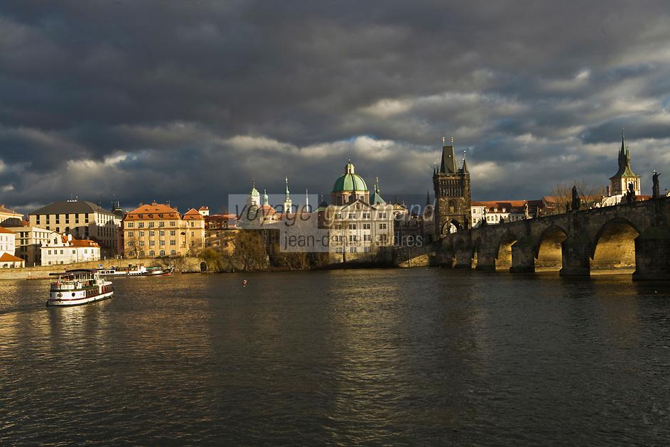 Europe/République Tchèque/Prague: Eglise Baroque  Saint- Sauveur du Clementinum et Pont Charles sur la Vltava