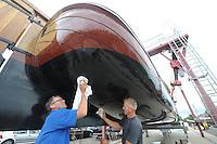 SKÛTSJESILEN: SNEEK: 14-07-2015, Skûtsje Earnewâld krijgt laatste onderhoudsbeurd met speciale laag voor het onderschip, links schipper Gerhard Pietersma, ©foto Martin de Jong