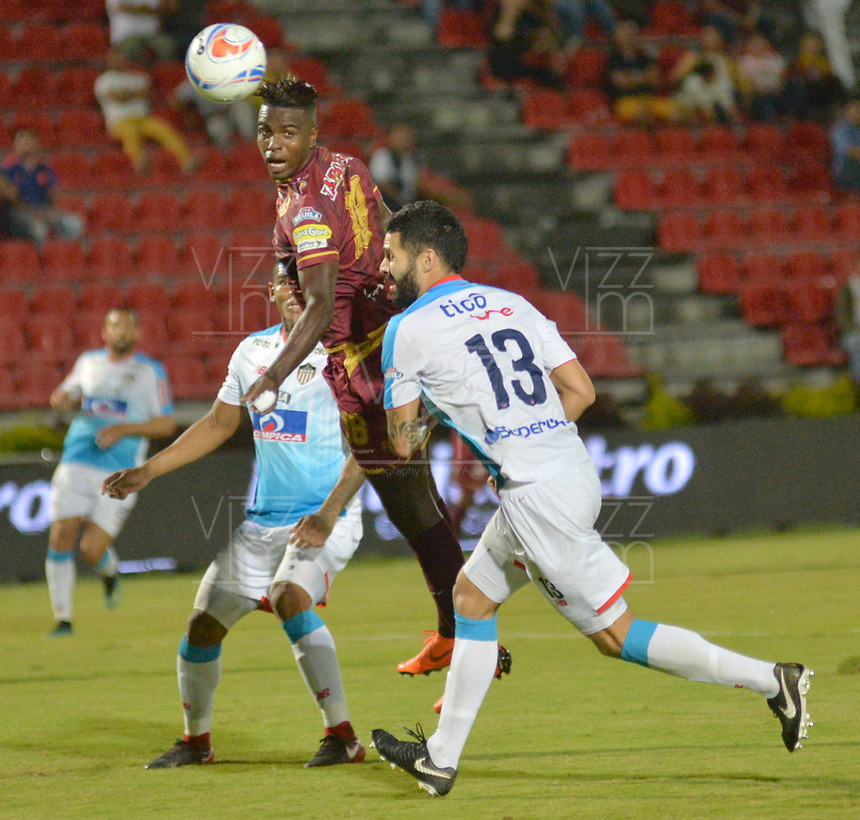 IBAGUÉ- COLOMBIA , 8-04-2018: Marco Perez (Izq.) jugador del Deportes Tolima  disputa el balón con Jonathan Avila (Der.) jugador del Atlético Junior durante partido por la fecha 13 de la Liga Águila I 2018 jugado en el estadio Manuel Murillo Toro de la ciudad de Ibagué. / Marco Perez (L) player of Deportes Tolima fights for the ball with Jonathan Avila(R) player of Atletico Junior during match for the date 13 of the Aguila League I 2018 at Manuel Murillo Toro  stadium in Ibague city. Photo: VizzorImage  /Juan Carlos Escobar / Contribuidor