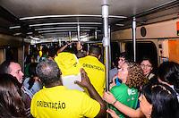RIO DE JANEIRO, RJ, 23 DE JULHO DE 2013 -QUEDA DE ENERGIA NO METRO- Queda de energia no metrô deixa usuários, peregrinos e voluntários presos dentro do vagão por quase uma hora sendo obrigados a desembarcar pelos trilhos, entre as estações Central do Brasil e Presidente Vargas, no centro do Rio de Janeiro.FOTO:MARCELO FONSECA/BRAZIL PHOTO PRESS