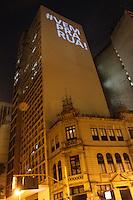 RIO DE JANEIRO; RJ; 20 DE JUNHO 2013-  Prédio do centro do Rio de Janeiro com iluminação incentivando a manifestação na noite desta quinta-feira que tomaram a Avenida Presidente Vargas nas quatro pistas em direção à Prefeitura. FOTO: NÉSTOR J. BEREMBLUM - BRAZIL PHOTO PRESS.