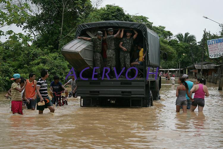 A enchente no estado do Acre, tem centenas de fam&iacute;lias desabrigadas,  com o rio Acre registrando a cota de  15,72m (situa&ccedil;&atilde;o de transbordamento), a maior registrada em 2014,  homens do ex&eacute;rcito ajudam na retirada das fam&iacute;lias atingidas. As fam&iacute;lias est&atilde;o sendo alojadas no Parque de Exposi&ccedil;&otilde;es. O ac&uacute;mulo de dejetos na ponte met&aacute;lica em fun&ccedil;&atilde;o das &aacute;guas causa graves problemas em seus pilares e corre o risco de desabar.<br /> RIO BRANCO, Acre, Brasil.<br /> Foto Odair Leal <br /> 09/03/2014