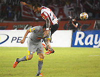 BARRANQUILLA -COLOMBIA, 11-NOVIEMBRE-2015. Juan Guillermo Dominguez (Der) jugador del Atlético Junior  disputa el balón con Sebastian Salazar del Independiente Santa Fe  por el partido de la final ida de la Copa  Aguila II 2015 jugado en el estadio Metropolitano Roberto Meléndez./ Juan Guillermo Dominguez of Atletico Junior player fights for the ball with Sebastian Salazar player of Independiente Santa Fe by the end of the first leg match of the Copa II 2015 Aguila played in Metropolitano Roberto Melendez  stadium . Photo: VizzorImage / Alfonso Cervantes / Str