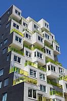 Nederland  Amsterdam  2017. Nieuwbouw aan de Zuidas. Het  Summertime appartementencomplex. Appartementen met gekleurde balkonhekken. Vrije sector huurwoningenl in het middeldure segment. De toegepaste duurzaamheidsmaatregelen in Summertime zijn onder andere stadsverwarming, zonnepanelen voor opwekking van duurzame energie en HR++ beglazing. Daarnaast is er een groendak. Foto Berlinda van Dam / Hollandse hoogte