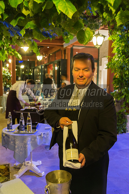 France, Haute-Savoie (74), Talloires: Auberge du Père Bise, Relais et Châteaux au bord du lac d'Annecy - Service du vin, Sommelier<br />  // France, Haute Savoie, Talloires:  Auberge du Pere Bise Relais and Chateaux Chain at the edge of Annecy lake, Wine service, Sommelier [Non destiné à un usage publicitaire - Not intended for an advertising use]