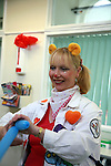 dr Hunny is confectionning a nice blue dog with her balloon. Oncology ward of the Royal Manchester Children hospital.