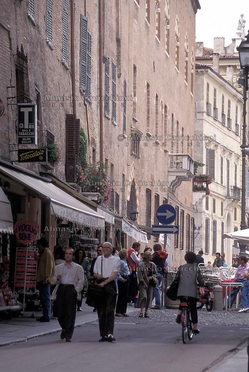 Mantova, Piazza Sordello, gente a piedi nel centro storico.<br /> Mantua, People walking in the old town centre.
