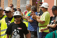 """Bergarbeiterstreik in Spanien.<br />Am 5. Juli 2012 erreichten 200 Bergarbeiter mit dem """"Marcha Negra"""" (der Schwarze Marsch) nach 14 Tagen und 381,7 Kilometer Marsch die Ortschaft Sanchidrian in der Provinz Avila. Am 11. Juli 2012 wollen die Mineros in Madrid eintreffen und vor das Wirtschaftsministerium gehen.<br />Mit dem Marcha Nagra und dem seit Mai andauernden Streik der Mineros soll die Regierung gezwungen werden, die Kuerzung von 64% der Bergbaufoerderung zurueck zu nehmen. Die Kuerzung bedeutet das Aus fuer den spanischen Bergbau und tausende Bergarbeiter sind von Arbeitslosigkeit bedroht.<br />Im Bild: Anwohner von Sanchidrian und Angehoerige der Mineros applaudieren den Mineros.<br />5.7.2012, Sanchidrian/Spanien<br />Copyright: Christian-Ditsch.de<br />[Inhaltsveraendernde Manipulation des Fotos nur nach ausdruecklicher Genehmigung des Fotografen. Vereinbarungen ueber Abtretung von Persoenlichkeitsrechten/Model Release der abgebildeten Person/Personen liegen nicht vor. NO MODEL RELEASE! Don't publish without copyright Christian-Ditsch.de, Veroeffentlichung nur mit Fotografennennung, sowie gegen Honorar, MwSt. und Beleg. Konto:, I N G - D i B a, IBAN DE58500105175400192269, BIC INGDDEFFXXX, Kontakt: post@christian-ditsch.de.<br />Urhebervermerk wird gemaess Paragraph 13 UHG verlangt.]"""