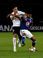 BOGOTÁ - COLOMBIA, 15-08-2018: Christian Marrugo (Der.) jugador de Millonarios (COL), disputa el balón con Edgar Zaracho (Izq.) jugador de General Díaz (PAR), durante partido de vuelta entre Millonarios (COL) y General Díaz (PAR), de la segunda fase por la Copa Conmebol Sudamericana 2018, en el estadio Nemesio Camacho El Campin, de la ciudad de Bogotá. / Christian Marrugo (R) player of Millonarios (COL), figths for the ball with Edgar Zaracho (L) player of General Diaz (PAR), during a match of the second leg between Millonarios (COL) and General Diaz (PAR), of the second phase for the Conmebol Sudamericana Cup 2018 in the Nemesio Camacho El Campin stadium in Bogota city. VizzorImage / Luis Ramirez / Staff.
