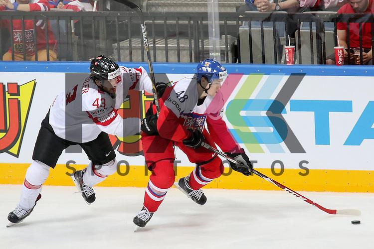 Tschechiens Hertl, Tomas (Nr.48)(San Jose Sharks) im Zweikampf mit Schweizs Trachsler, Morris (Nr.43)  im Spiel IIHF WC15 Tschechien vs. Schweiz.<br /> <br /> Foto &copy; P-I-X.org *** Foto ist honorarpflichtig! *** Auf Anfrage in hoeherer Qualitaet/Aufloesung. Belegexemplar erbeten. Veroeffentlichung ausschliesslich fuer journalistisch-publizistische Zwecke. For editorial use only.