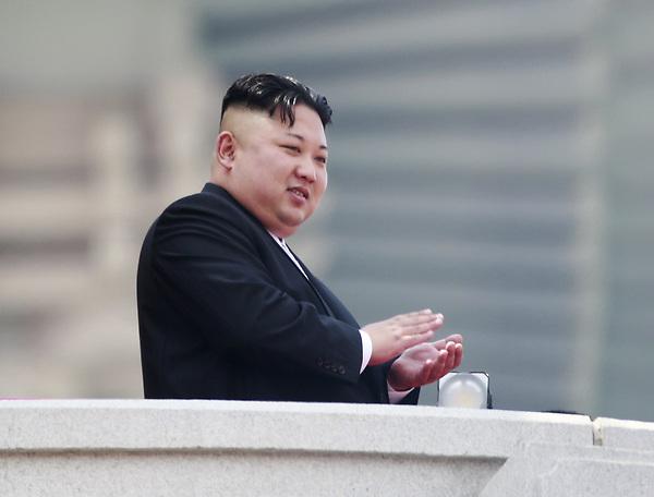 """HHY04 PIONYANG (COREA DEL NORTE) 04/07/2017.- Foto de archivo del líder norcoreano Kim Jong-un mientras aplaude desde un balcón mientras observa el desfile por el festival """"Día del Sol"""" en la plaza Kim Il-Sung en Pionyang (Corea del Norte) el 15 de abril de 2017. Corea del Norte realizó hoy un nuevo ensayo con misiles balísticos, disparando un proyectil en dirección al Mar de Japón (llamado """"Mar del Este"""" en las dos Coreas), según detalló a Efe un portavoz del Ministerio de Defensa surcoreano. EFE/How Hwee Young"""
