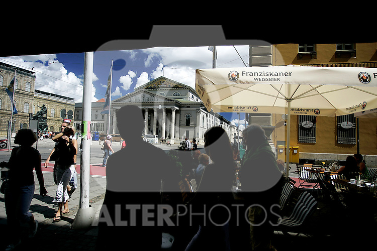 Crowded city life close to the nationalteather in Munich, Germany, August 03, 2008. (ALTERPHOTOS/Alvaro Hernandez)