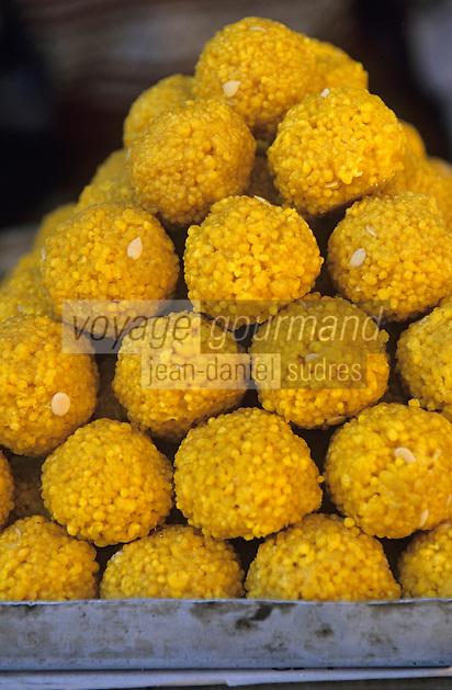 """Asie/Inde/Rajasthan/Udaipur: Marché Mandi - Détail de l'étal d'un marchand """"laddu"""" - Boulettes de farine de pois chiches sucrées"""