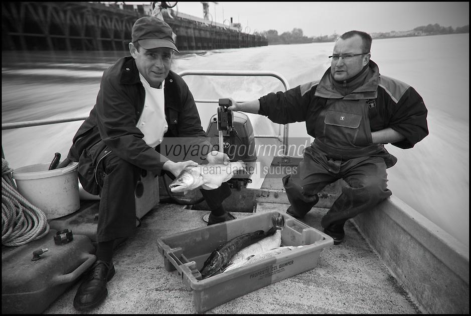 Europe/France/Pays de la Loire/44/Loire Atlantique/Nantes:   Jean-Yves Guého  chef du restaurant: L'Atlantide et son pêcheur professionnel sur la Loire: Martial Baraud  [Non destiné à un usage publicitaire - Not intended for an advertising use]