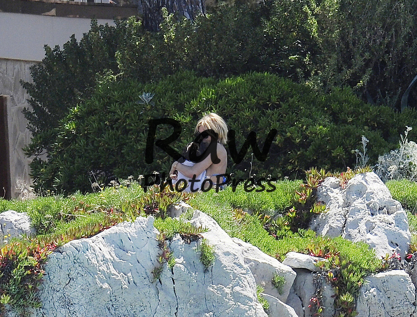 Sienna Miller y su hija Marlowe han disfrutado de la piscina del Eden Roc Hotel durante el Festival de Cannes.<br /> <br /> May 17, 2015 - Cannes, France - Sienna Miller out with her daughter Marlowe Sturridge at Antibes on May 17 2015 in Cannes, France.