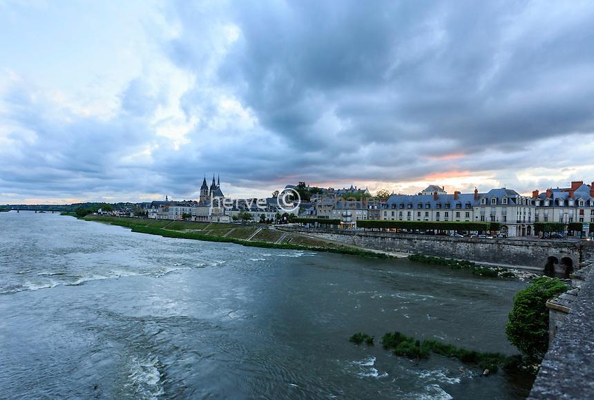 France, Loir-et-Cher (41), Blois, la Loire et la ville vue depuis le pont Jacques-Gabriel le soir // France, Loir et Cher, Blois, Loire, the town seen from Jacques Gabriel Bridge