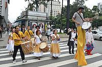 SAO PAULO, 14 DE MARCO DE 2013 - TEATRO NOS PARQUES - Atores em apresentação de rua, na Avenida Paulista, regiao central, no inicio da tarde desta quinta feira, 14. A ação  visa promover a sétima edição do Teatro nos Parques, que acontece, de 16 de março a 7 de abril em parques de São Paulo, Cotia, Osasco, Santo Andre e São Caetano do Sul. (FOTO: ALEXANDRE MOREIRA / BRAZIL PHOTO PRESS)