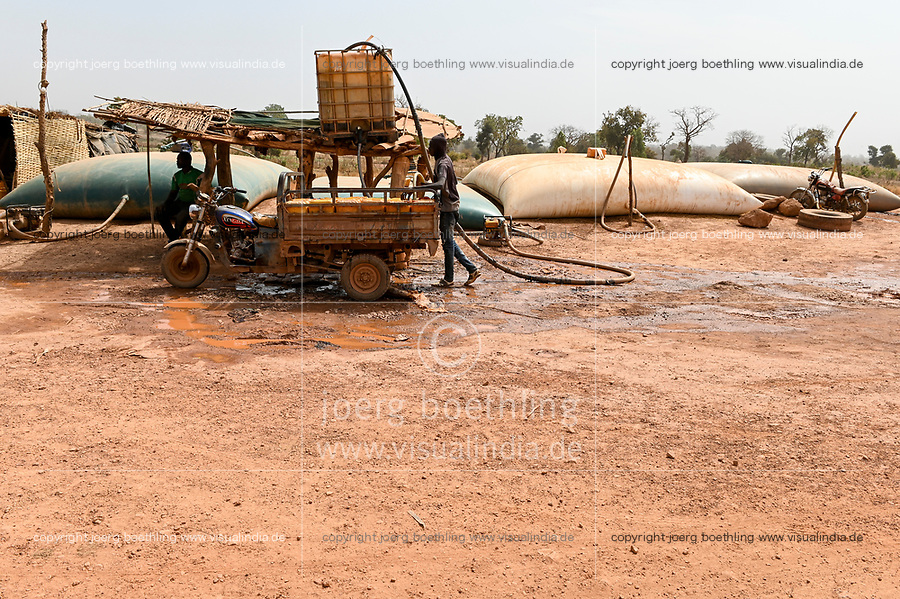 MALI, Kayes, Sadiola, water storing and filling station, water is stored in large plastic film bags for sale to small scale goldminers, transport in chinese three-wheeler  / Wassertankstelle, Wasserspeicher in grossen Säcken, Verkauf an Goldwäscher