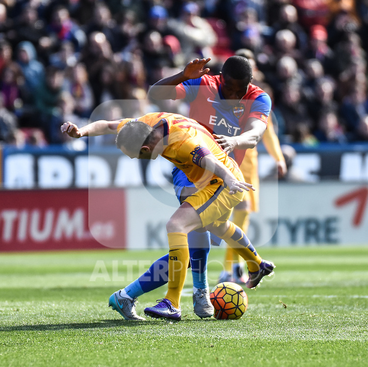 Levante's  Simao MJ   and FC Barcelona's  Andres Iniesta  during La Liga match. February 7, 2016. (ALTERPHOTOS/Javier Comos)