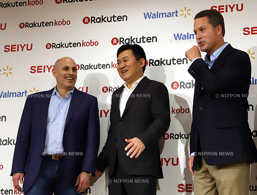 "January 26, 2018, Tokyo, Japan - Japanese online commerce giant Rakuten president Hiroshi Mikitani smiles with US retail giant Walmart president Doug McMillon (R) and Walmart e-commerce chief executive officer Marc Lore (L) as they announce a new strategic alliance on the e-commerce at the Rakuten headquarters in Tokyo on Friday, January 26, 2018. Rakuten and Walmart will launch a new online grocery delivery service ""Rakuten Seiyu Netsuper"" in Japan in this year. (Photo by Yoshio Tsunoda/AFLO) LWX -ytd-"