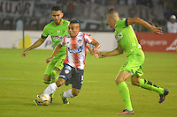 BARRANQUILLA- COLOMBIA -17-11-2016: Vladimir Hernandez (Cent.) jugador de Atletico Junior disputa el balón con Juan Pablo Nieto (Izq.) y Mateus Uribe (Der.) jugadores de Atletico Nacional, durante partido de vuelta entre Atletico Junior y Atletico Nacional, por la final de la Copa Aguila 2016,  jugado en el estadio Metropolitano Roberto Melendez de la ciudad de Barranquilla. / Vladimir Hernandez (C) player of Atletico Junior vies for the ball with Juan Pablo Nieto (L) and Mateus Uribe (R) players of Atletico Nacional, during a match for the second leg between Atletico Junior and Atletico Nacional, for the final of the Copa Aguila 2016 at the Metropolitano Roberto Melendez Stadium in Barranquilla city, Photo: VizzorImage  / Alfonso Cervantes / Cont.