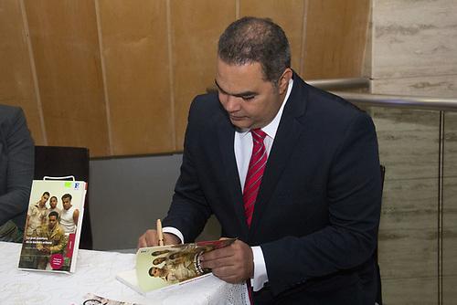 Máximo Jiménez, autografiando libros.