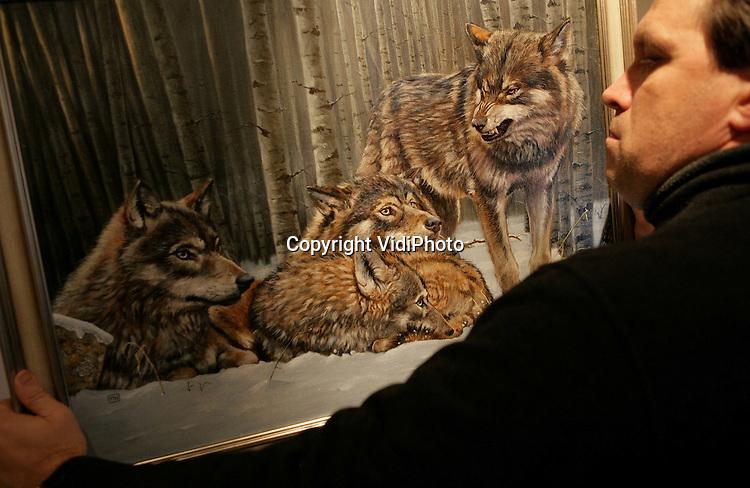 """Foto: VidiPhoto..OPHEUSDEN - In Opheusden wordt de laatste hand gelegd aan een voor Nederland unieke expositie van 70 internationale schilders en beeldhouwers, met als thema """"wilde fauna"""", het gedrag van dieren. De tentoonstelling in de Kunstgalerie Oog voor Natuur start op Werelddierendag, zaterdag 4 oktober. Een deel van de opbrengst is bestemd voor het Wereld Natuur Fonds. Nog niet eerder hebben zoveel """"wildlife"""" kunstenaars samen geëxposeerd."""