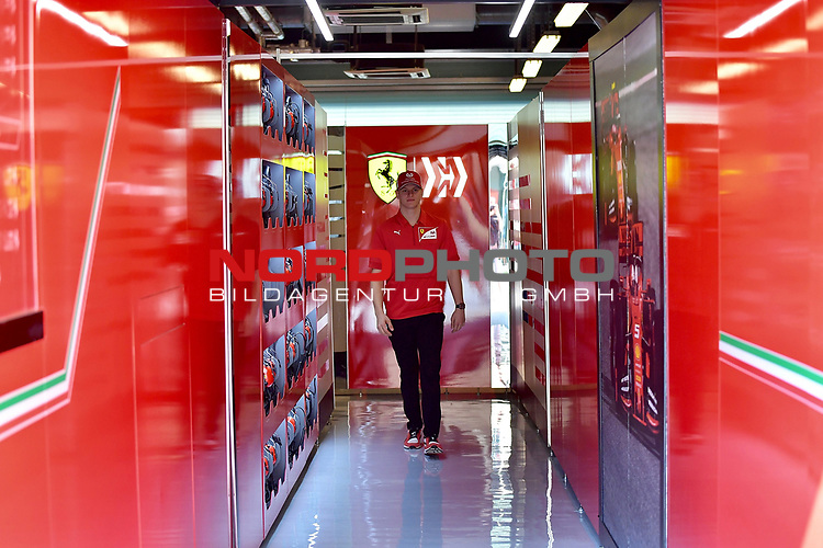 28.11.2019, Yas Marina Circuit, Abu Dhabi, FORMULA 1 ETIHAD AIRWAYS ABU DHABI GRAND PRIX 2019<br />, im Bild<br />Mick Schumacher (GER) in der Ferrari Box<br /> <br /> Foto © nordphoto / Bratic
