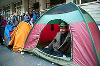 Famiglie rom mettono tende per protesta