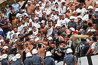 ATENÇÃO EDITOR: FOTO EMBARGADA PARA VEÍCULOS INTERNACIONAIS SÃO PAULO,SP,16 SETEMBRO 2012 - CAMPEONATO BRASILEIRO - PALMEIRAS x CORINTHIANS - Confusã ebntre torcedores do Corinthians durante partida Palmeiras x Corinthians válido pela 25º rodada do Campeonato Brasileiro no Estádio Paulo Machado de Carvalho (Pacaembu), na região oeste da capital paulista na tarde deste domingo (16).(FOTO: ALE VIANNA -BRAZIL PHOTO PRESS)