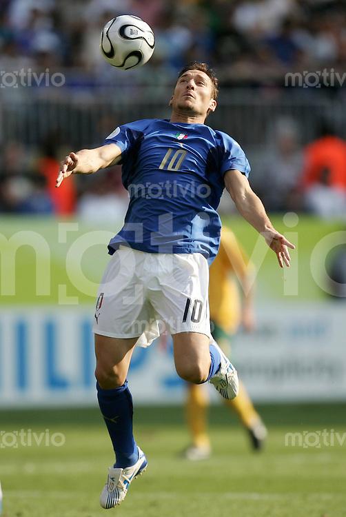 Fussball WM 2006 Achtelfinale in Kaiserslautern, Italien - Australien Francesco Totti (ITA) am Ball.