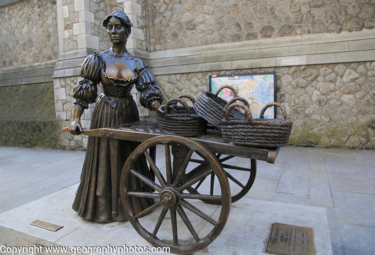 Molly Malone statue by Jeanne Rynhart 1988, Suffolk Street, Dublin , Ireland, Republic of Ireland