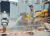 SÃO PAULO,SP - 29.10.2015 - ACIDENTE-SP - Operários trabalham após o asfalto ceder fazendo um caminhão carregado de areia , tombasse na calçada atingindo um pedestre. A vítima foi socorrida pelo Samu. O motorista do caminhão não se feriu o acidente aconteceu na Rua Butanta na regiao oeste da cidade de São Paulo nesta quinta-feira, 29. (Foto: Eduardo Carmim / Brazil Photo Press)