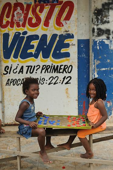"""Jugando damas / Viento Frío, Panamá.<br /> <br /> II PREMIO EN CONCURSO DE FOTOGRAFÍA <br /> """"POR SER NIÑA"""" (EFE y PLAN) 2012, PANAMÁ.<br /> <br /> II AWARD IN PHOTO CONTEST """"POR SER NIÑA"""" (EFE y PLAN) 2012, PANAMA.<br /> <br /> EDICIÓN LIMITADA / LIMITED EDITION (10)"""