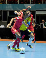 CALI -COLOMBIA-16-09-2016: Angellott Caro (Der) jugador de Colombia disputa el balón con Michael De Leon (Izq) jugador de Panama durante partido del grupo A de la Copa Mundial de Futsal de la FIFA Colombia 2016 jugado en el Coliseo del Pueblo en Cali, Colombia. /  Angellott Caro (R) player of Colombia fights the ball with Michael De Leon (L) player of Panama during match of the group A of the FIFA Futsal World Cup Colombia 2016 played at Metropolitan Coliseo del Pueblo in Cali, Colombia. Photo: VizzorImage/ NR / Cont