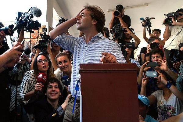 MON29 MONTEVIDEO (URUGUAY), 26/10/2014 - El candidato a la presidencia de Uruguay por el Partido Nacional, Luis Lacalle Pou, vota en las elecciones nacionales hoy, domingo 26 de octubre de 2014, en Montevideo (Uruguay). Lacalle, al que las encuestas ubican con un 33 % en segundo lugar en intención de voto tras el oficialista Tabaré Vázquez (41%-46%), pasaría con esos resultados a la segunda vuelta, en donde tendría, también según los sondeos, muchas posibilidades de ganar. EFE/David Puig
