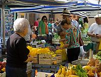Italien, Latium, Viterbo: Markt in der Altstadt   Italy, Lazio, Viterbo: market stands at old town