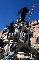 Europe/Italie/Emilie-Romagne/Bologne : Place et fontaine de Neptune et le palais communal