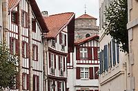 Europe/France/Aquitaine/64/Pyrénées-Atlantiques/Pays-Basque/Saint-Jean-de-Luz: Vieilles demeures basques, rue Mazarin  et clocher de  l'église Saint-Jean-Baptiste