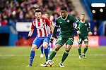 Ryan Donk (r) of Real Betis Balompie battles for the ball with Saul Niguez Esclapez of Atletico de Madrid during their La Liga 2016-17 match between Atletico de Madrid vs Real Betis Balompie at the Vicente Calderon Stadium on 14 January 2017 in Madrid, Spain. Photo by Diego Gonzalez Souto / Power Sport Images