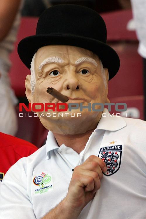 FIFA WM 2006 -  Round of Sixteen - / Achtelfinale<br /> Play    #51 (25-Jun) - England vs Ecuador<br /> <br /> Fan von England mit Maske im typisch Englischen Stil zeigt auf die Raute von England.<br /> <br /> Foto &copy; nordphoto