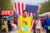2013 Madrid Marathon runner showing American flag, remembering Boston victims