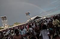 RIO DE JANEIRO, RJ, 31.12.2013 - O arco-íris se forma atrás do palco principal durante a apresentação do DJ Zambomba na festa do Réveillon do Rio de Janeiro que espera cerca de 2,3 milhões de pessoas na praia de Copacabana. (Foto. Néstor J. Beremblum / Brazil Photo Press)