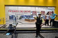 ATENCAO EDITOR IMAGEM EMBARGADA PARA VEICULOS INTERNACIONAIS  - SAO PAULO, SP , 18/09/2012 - GREVE BANCARIOS SP. - Os bancários de todo o País entraram em greve por tempo indeterminado a partir de hoje 18. As reivindicações dos trabalhadores, que pedem 10,25%, sendo 5,0% de aumento real. Além do reajuste salarial, os trabalhadores pleiteiam mudanças na participação nos lucros e resultados (PLR). Na foto agencia na rua boa vista, centro ,sp<br /> FOTO VAGNER CAMPOS / BRAZIL PHOTO PRESS