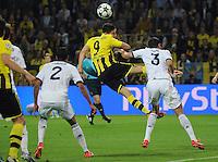FUSSBALL  CHAMPIONS LEAGUE  HALBFINALE  HINSPIEL  2012/2013      Borussia Dortmund - Real Madrid              24.04.2013 Robert Lewandowski (Mitte, Borussia Dortmund) gegen Raphael Varane (li) und Pepe (re, beide Real Madrid)