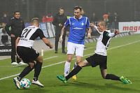 Kevin Großkreutz (SV Darmstadt 98) unter Druck von Manuel Stiefler (SV Sandhausen), Tim Knipping (SV Sandhausen) - 17.11.2017: SV Darmstadt 98 vs. SV Sandhausen, Stadion am Boellenfalltor, 2. Bundesliga