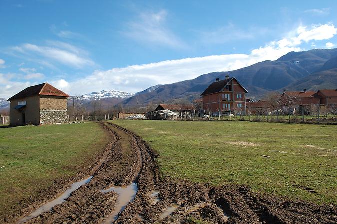 Auf dem Land im Kosovo, 5 Jahre nach der Unabhängigkeitserklärung. / Five years after declaration of independence