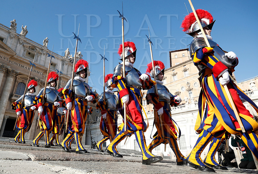 "Le Guardie Svizzere sfilano al termine della Benedizione Urbi et Orbi impartita da Papa Francesco in occasione del Natale, dalla loggia centrale della Basilica di San Pietro, Citta' del Vaticano, 25 dicembre 2017.<br /> Swiss Guards line up at the end of the ""Urbi et Orbi"" (""to the City and to the World)"" blessing delivered by Pope Francis on the occasion of the Christmas day from the central loggia of St. Peter's Basilica, Vatican, 25 December 2017.<br /> UPDATE IMAGES PRESS/Isabella Bonotto<br /> <br /> STRICTLY ONLY FOR EDITORIAL USE"
