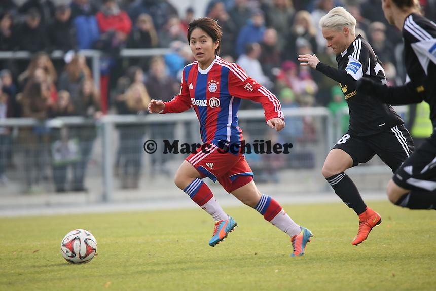 Mana Iwabuchi (Bayern) gegen Jessica Fishlock (FFC) - 1. FFC Frankfurt vs. FC Bayern Muenchen, Stadion am Brentanobad